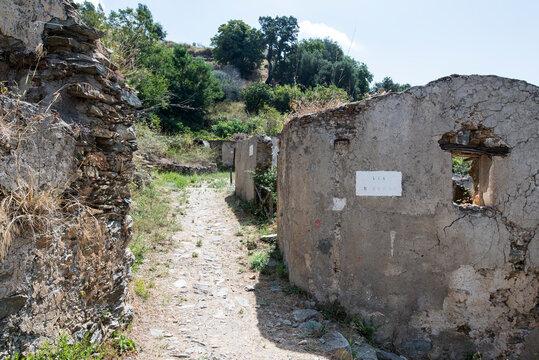 Der verlassene Ort Gairo Vecchia in den Bergen von Sardinien. Ein Urbex Paradies, das die Natur von einem Moment auf den anderen Erschaffen hat.