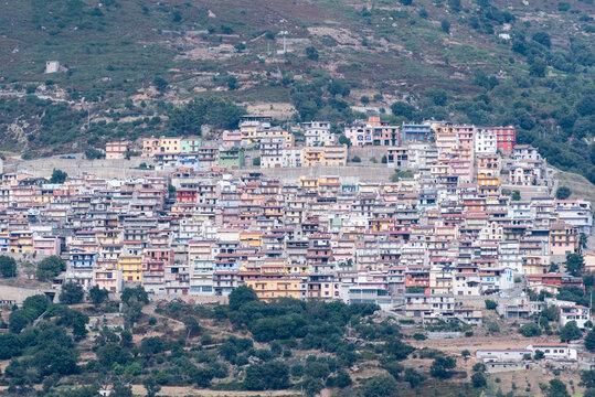 Die Bergdörfer Ulassai und Osini Sardiniens.