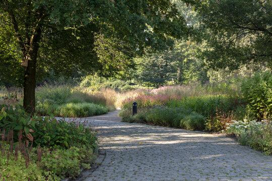 Kopfsteinpflasterweg durch die Staudenbeete im Maximilianpark in Hamm