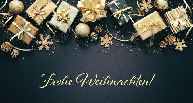 Weihnachtsdekoration mit goldenen Geschenkboxen, Weihnachtskugeln und deutschen Text Frohe Weihnachten