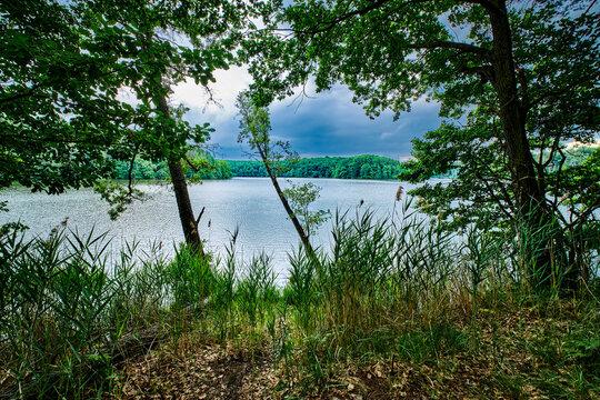 """Dramatischer Wolkenhimmel über dem """"Grossen Treppelsee"""" am Wanderweg durch den brandenburgischen Naturpark Schlaubetal"""