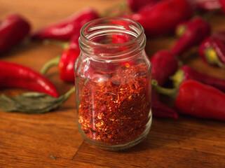 Płatki chilli w słoiku