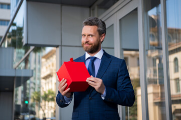 Obraz Businessman outdoor with shopping bags. Handsome man wit birthday present. Anniversary celebration. Holiday greetings. Gift shop. - fototapety do salonu