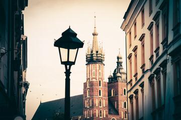 Malownicza uliczka w Krakowie w Polsce. W tle gotycki kościół Mariacki