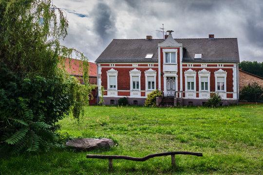 Denkmalgeschütztes Gehöft mit Adlerskulptur am Dorfanger von Fresdorf