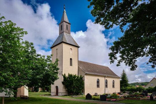 Schlichter Putzbau: denkmalgeschützte Dorfkirche Fresdorf, Ansicht von Südwesten