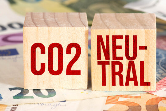 Euro Banknoten und Kosten für die Co2 Neutralität
