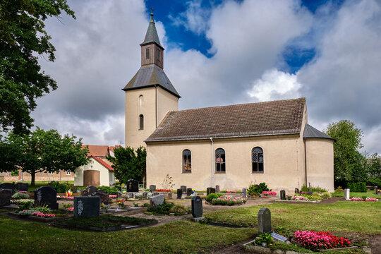 Denkmalgeschützte Dorfkirche Fresdorf mit Westturm und halbrunder Apsis, Ansicht von Südosten