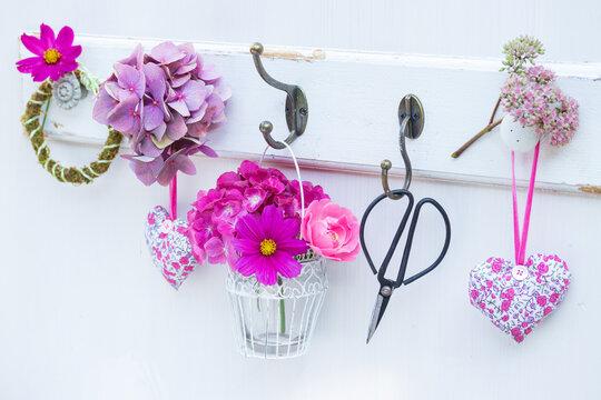 Hackenleiste mit Blumenstrauß in Pink, Blumenschere und Stoffherzen