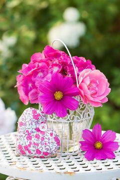Blumenstrauß mit pink Schmuckkörbchen, Rose und Hortensie als florale Dekoration