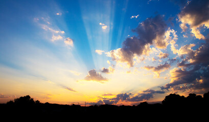 rayos de luz entre las nubes y sobre las montañas