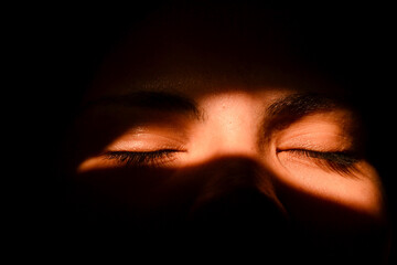 ojos en la sombra