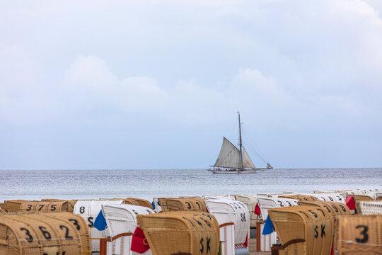 Altes Segelschiff an der Ostseeküste vor Dahme in Schleswig-Holstein
