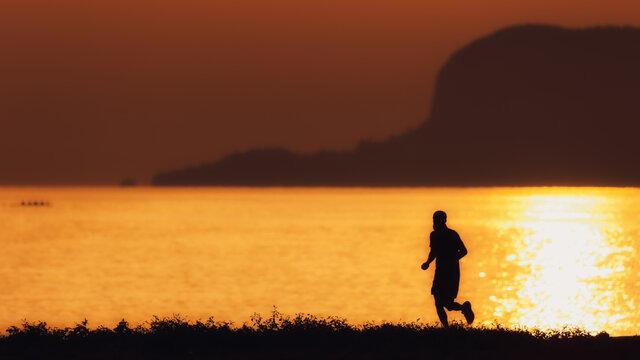 Sonnenaufgang und Silhouetten am Foro Italico in Palermo auf Sizilien in Italien, Europa