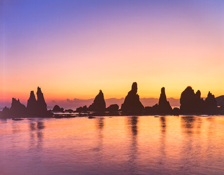 和歌山県 串本町 橋杭岩の海と奇岩の夜明け