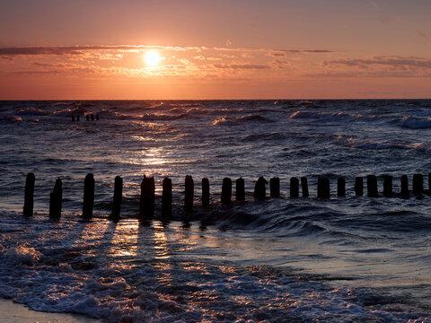 Sceneria zachodzącego słońca nad morzem