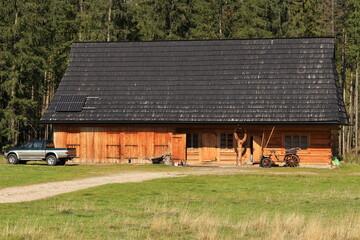 Fototapeta Drewniany górski dom. Tatry zachodnie. Polska. Wooden mountain house in the mountains. Polish Tatra Mountains obraz