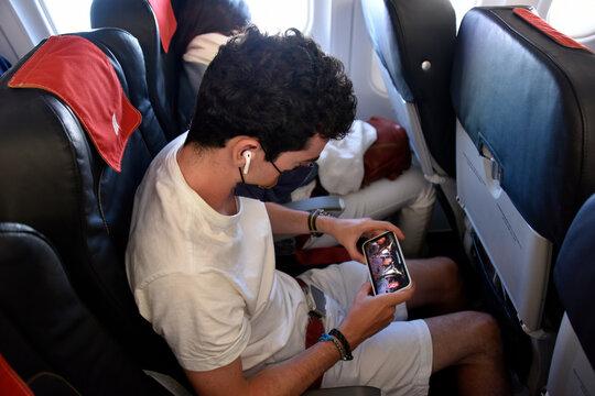 passager avion regardant un film