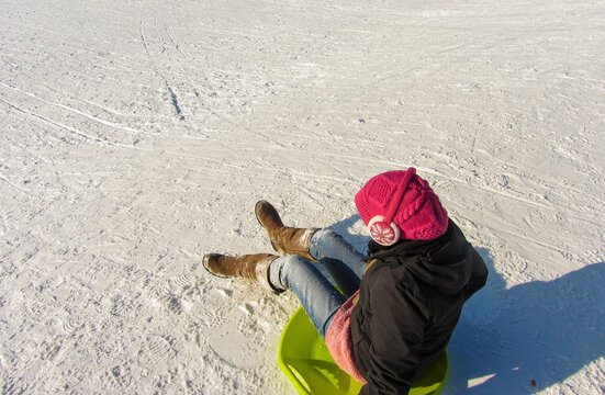 Junge Frau auf Schneebrett