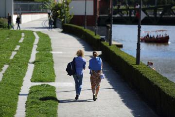 Fototapeta Dwie kobiety, dziewczyny spacerują po chodniku, deptaku we Wrocławiu. obraz