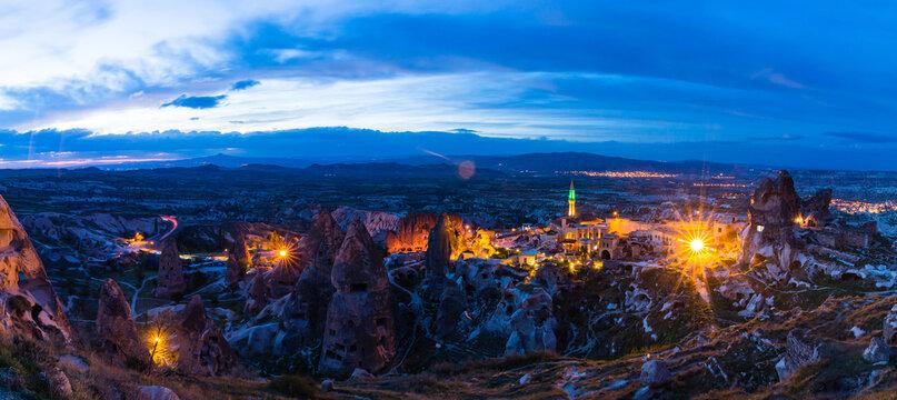 トルコ 夜のカッパドキアのウチヒサールの奇岩群と洞窟住居