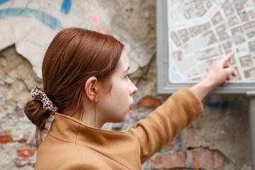 Obraz Piękna młoda kobieta pozuje w mieście  - fototapety do salonu
