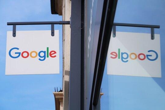 Enseigne / logo de la marque Google, célèbre entreprise américaine de logiciels internet, sur la façade d'une boutique de services numériques – septembre 2021 (France)