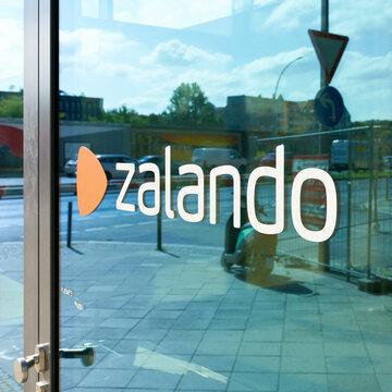 Schriftzug Zalando an einer Tür am Firmensitz des Online-Versandhändlers für Schuhe und Mode Zalando in Berlin