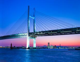 神奈川県 横浜市 ベイブリッジと横浜市街の夕景
