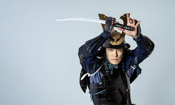 刀を振りかぶるサムライ 鎧武者 武士 武将 侍