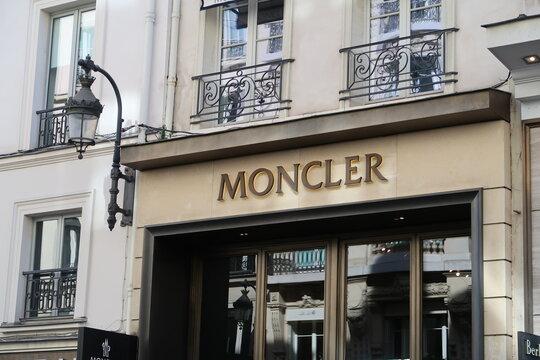Enseigne / devanture d'une boutique Moncler, célèbre marque de vêtements sportswear de luxe, rue du Faubourg Saint-Honoré, à Paris – mars 2021 (France)