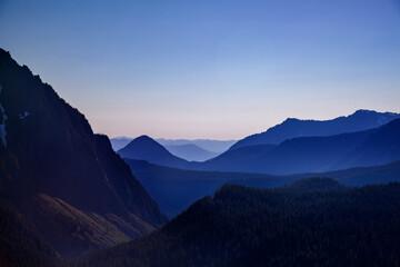 Fototapeta Szczyty górskie, niebieska godzina obraz