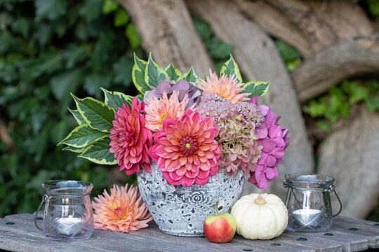 florale Dekoration mit Dahlien- und Hortensien-Strauß