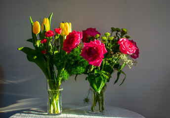 Fototapeta Bukiety kwiatów, urodziny, tulipany, róże, zieleń obraz