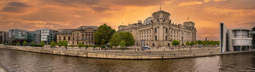 Berliner Reichstag Spreeufer Panoramafoto Regierungsviertel Deutscher Bundestag Berlin Deutschland