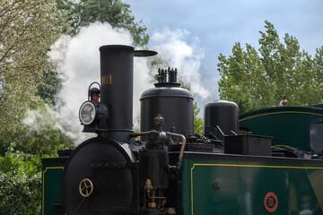 Detailaufnahme einer grünen Lokomotive am Bahnhof von le Crotoy. Diese Lok gehört zur historischen Eisenbahn der Somme Bucht.