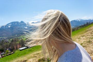 Fototapeta Kobieta w górach mocny wiatr rozwiał włosy obraz