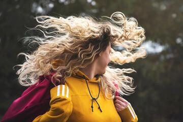 Fototapeta Młoda dziewczyna z rozwianymi włosami obraz