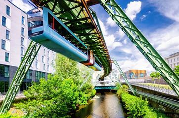 Wuppertaler Schwebebahn über der Wupper, Nordrhein-Westfalen, Deutschland