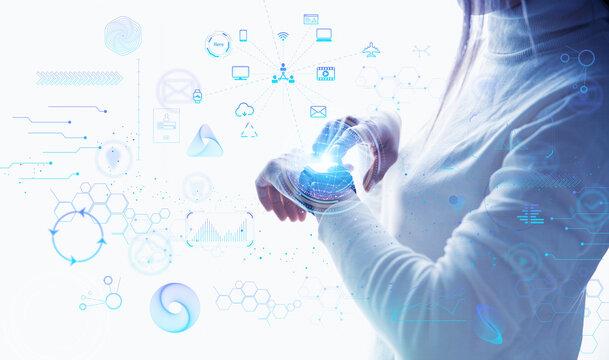 白い明るい背景に佇む女性とスマートウォッチのテクノロジーのアイコンとホログラム