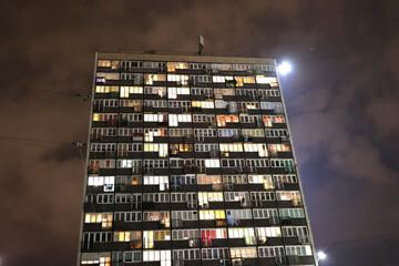 Fototapeta Stare komunistyczne bloki z wielkiej płyty w europie wschodniej w nocy.  obraz
