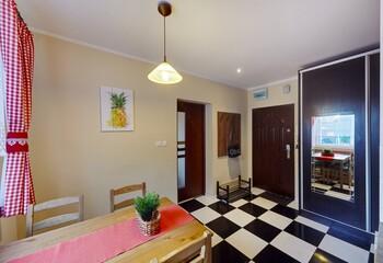 Fototapeta Stylowy salon z kuchnią z czerwonymi zasłonami obraz