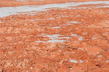 Obraz Rote Ziegelsteine am Boden, verbrochen Winter - fototapety do salonu