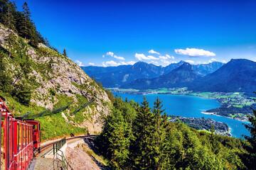 Fototapeta Schafbergbahn von Sankt Wolfgang über dem Wolfgangsee im Salzkammergut, Österreich obraz