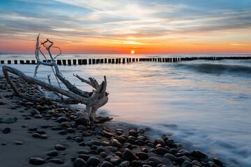 Piękne zdjęcie zachodu słońca na morzem Bałtyckim