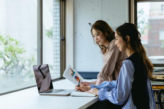 女性2人のオフィス(スタートアップ・起業)