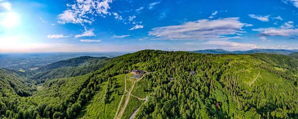 Fototapeta Góry, Beskid Śląski, Równica okolice Ustronia, panorama z lotu ptaka w lecie. obraz