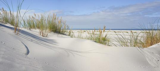 Breed strand aan de Noordzee