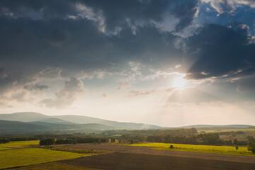 Wieczorne niebo nad zamglonymi wzgórzami. Widok z drona.
