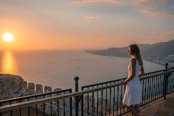 Fototapeta kobieta i widok na morze i góry obraz